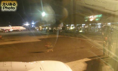 ガルーダインドネシア航空機の窓から見たジョグジャカルタ・アジスチプト国際空港