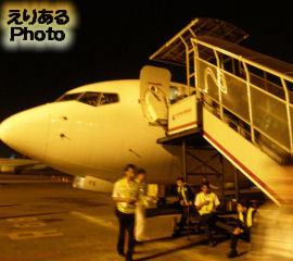 ジャカルタ・スカルノハッタ国際空港でガルーダインドネシア航空機からタラップで下りる