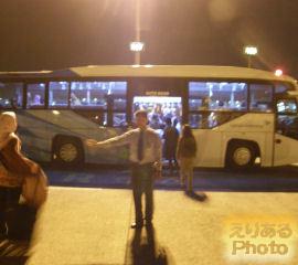 ジャカルタ・スカルノハッタ国際空港でバスで空港のビルへ