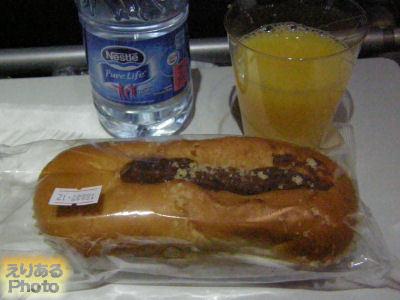 成田へ向かうガルーダインドネシア航空機での軽食