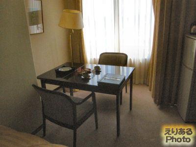 道後温泉 古湧園 宿泊した室内 テーブルといすと、窓